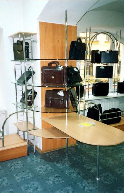Мебель и оборудование в магазине сумок в Петербурге.
