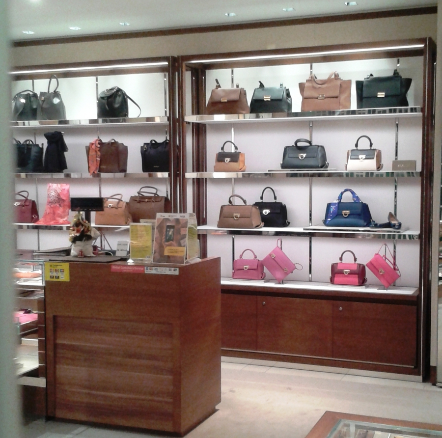 89bf05e3ae94 Витрина в магазине сумок и другое торговое оборудование недорого